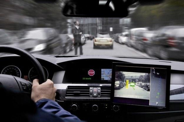 Coraz więcej systemów ma za zadanie pomóc kierowcy /