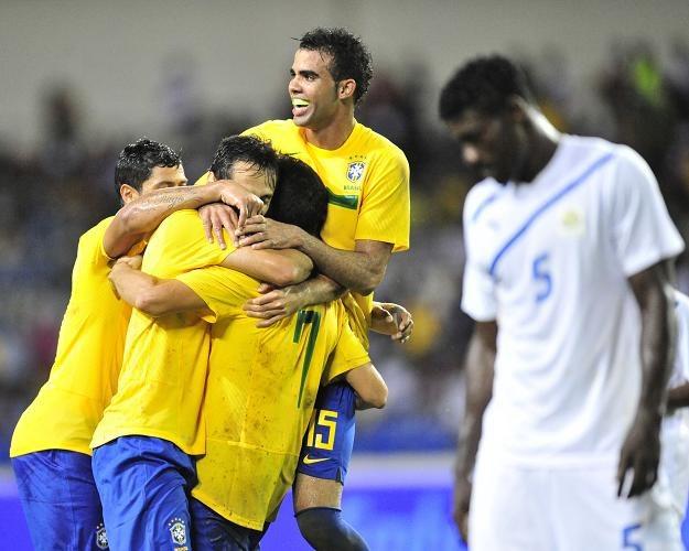 Cordeiro Sandro (w środku) odbiera gratulacje po strzelonym golu. /AFP