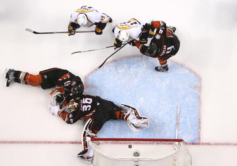 Corey Perry #10 i bramkarz John Gibson #36 z Anaheim Ducks nie byli w stanie zatrzymać krążka po strzale Jamesa Neala #18 z Nashville w dogrywce. /AFP