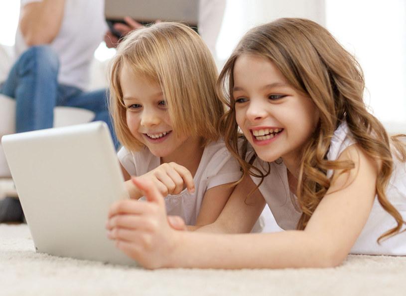 Córka nie rozstaje się z tabletem /©123RF/PICSEL