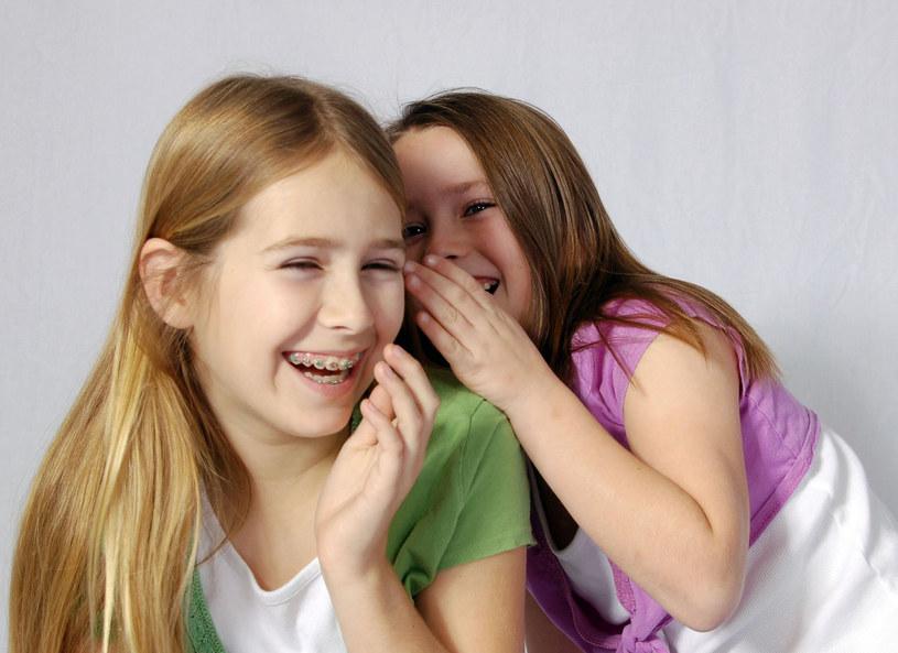 Córka opowiada koleżankom niestworzone historie /©123RF/PICSEL