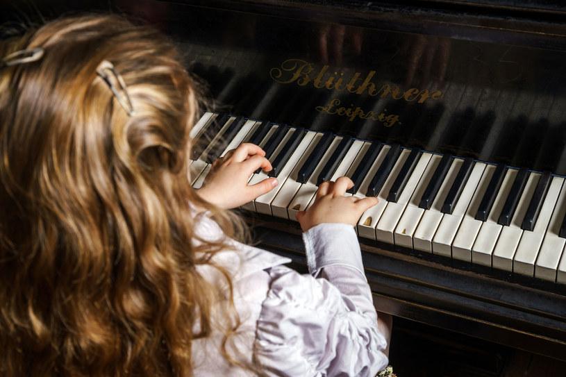 Córka wymyśliła sobie, że będzie grać na pianinie /123RF/PICSEL