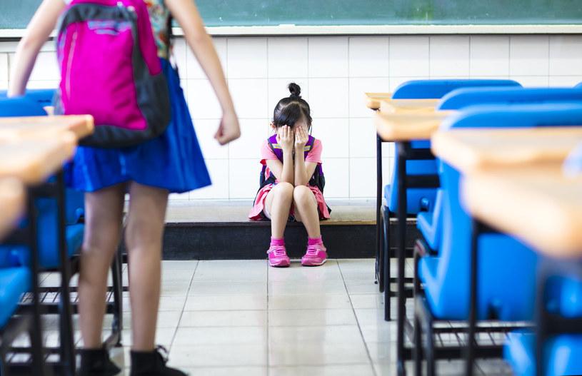 Córka źle się czuje w nowej szkole /123RF/PICSEL