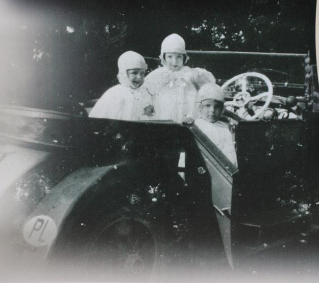 Córki Beaty i Adama Branickich: Maria, Anna i Beata w hispano-suizie ojca - 1930 r. /FoKa /Agencja FORUM