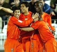 Corradi w objęciach kolegów. Malaga-Valencia 0:2 /AFP