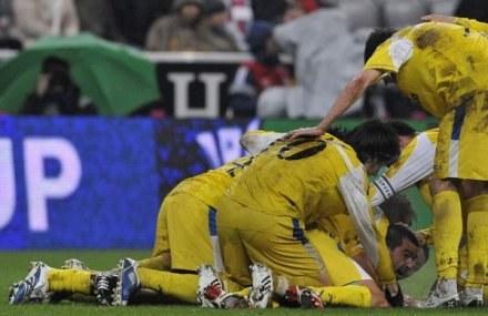 Cosmin Contra tonie w objęciach kolegów. Bayern-Getafe 1:1 /AFP