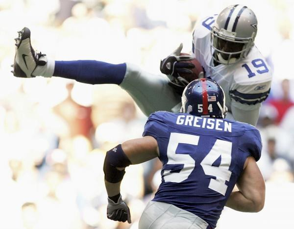 Cowboys - Giants 16-13. Keyshawn Johnson łapie piłkę mimo asysty Nicka Greisena /AFP