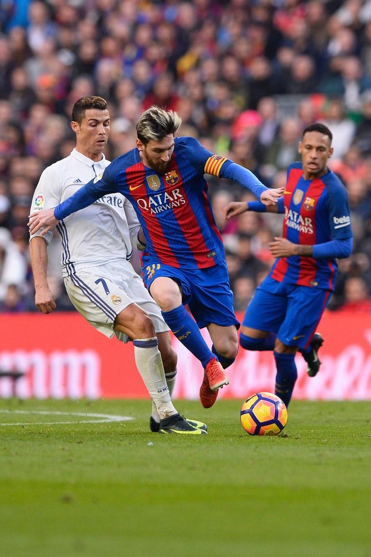 Cristiano Ronaldo (L) oraz Lionel Messi /AFP