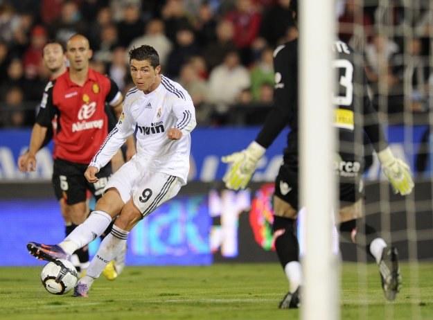 Cristiano Ronaldo strzela swojego trzeciego gola dla Realu Madryt w meczu z Realem Mallorca (4-1) /AFP