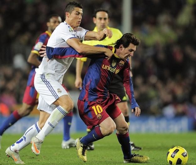 Cristiano Ronaldo (z lewej) być może będzie w tym sezonie toczył kilka pojedynków z Lionelem Messim /AFP