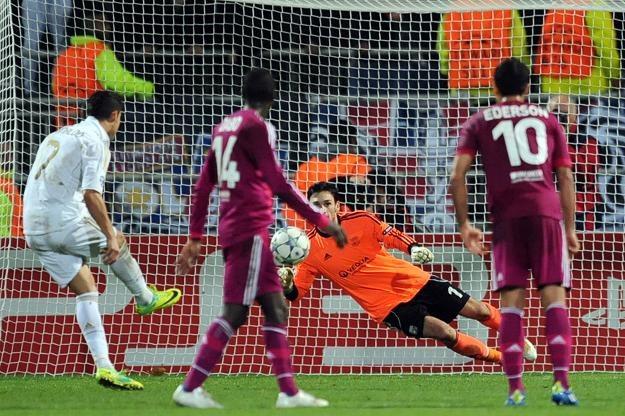 Cristiano Ronaldo zdobywa gola  z rzutu karnego. /AFP