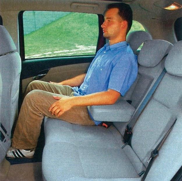 Croma jest samochodem, w którym lepiej chyba siedzieć z tyłu. Miejsca jest wystarczająco dużo, a tylna kanapa odpowiednio wyprofilowana. Nawet trzy osoby nie powinny tu narzekać na niewygodę. /Motor