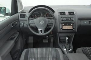 Cross Touran to typowy przedstawiciel Volkswagena. Nie ma tu zbyt wiele fantazji, ale ergonomia i łatwość obsługi stoi na najwyższym poziomie. /Motor
