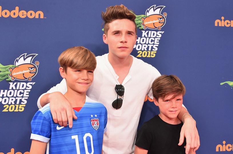 Cruz Beckham (po prawej) wraz z braćmi Romeo (po lewej) i Brooklynem (w środku) /Alberto E. Rodriguez /Getty Images