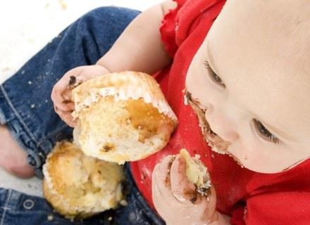 Cukierki, ciastka, czekoladki to nieodzowny element dzieciństwa /ThetaXstock