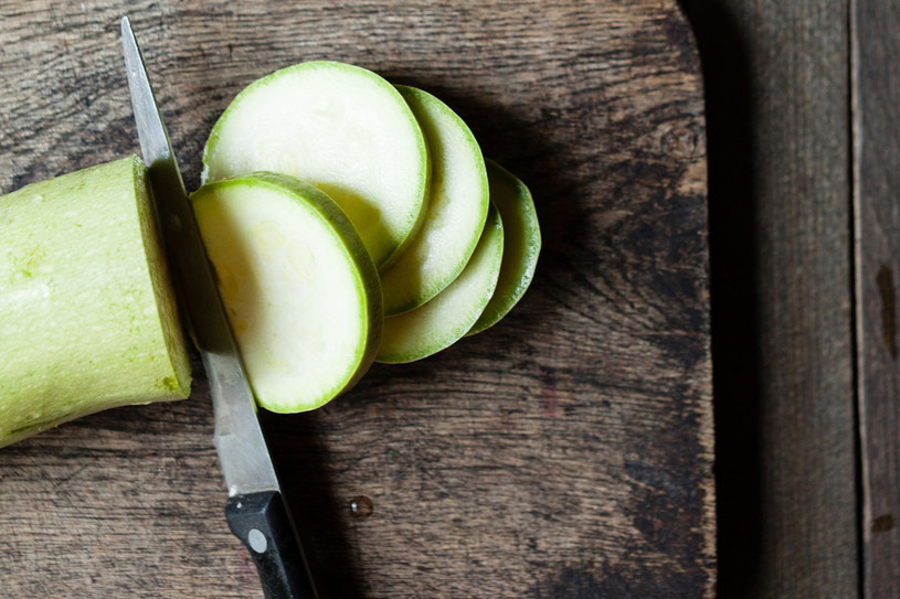 Cukinię można gotować, smażyć, jeść na surowo, dusić, robić z niej konfitury i marynaty /123RF/PICSEL
