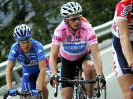 Cunego (z lewej), w Giro d'Italia 2005 był w cieniu Savoldellego (różowa koszulka) /AFP