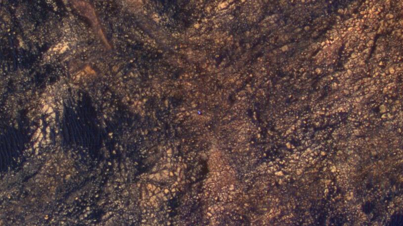 Curiosity pośród marsjańskich skał /NASA