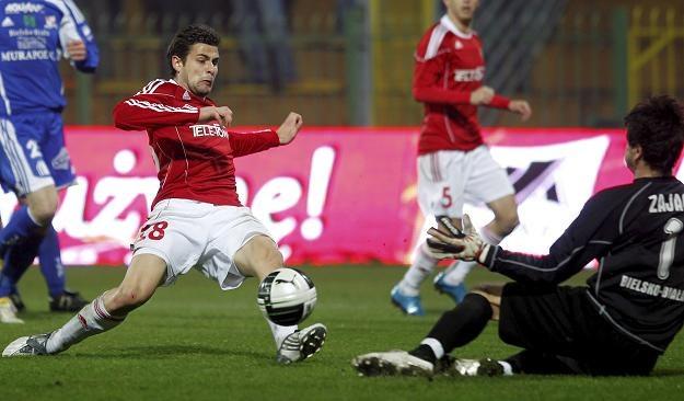 Cwetan Genkow strzela gola na 2-0 dla Wisły, ale to nie wystarczyło do awansu. Fot. Andrzej Grygiel /PAP