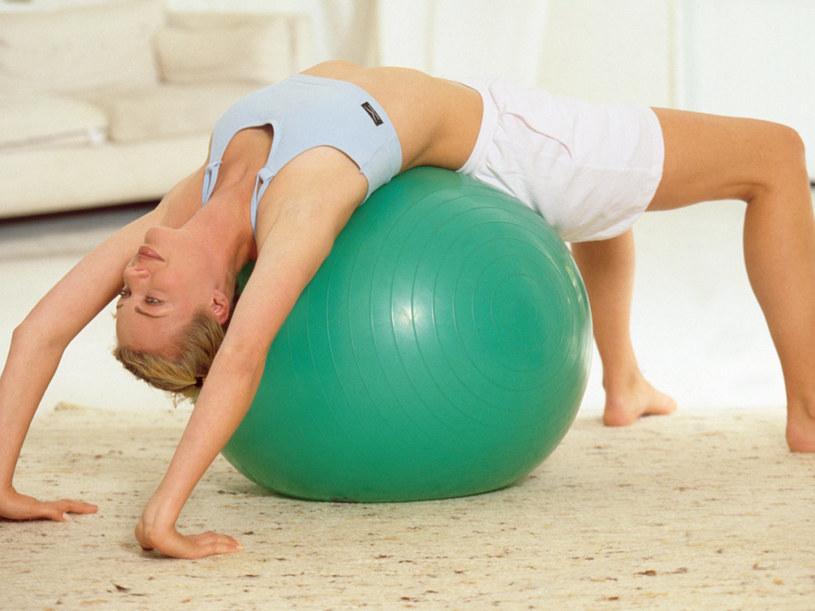 Ćwiczenia z piłką mozna wykonywać także w domu.  /© Bauer