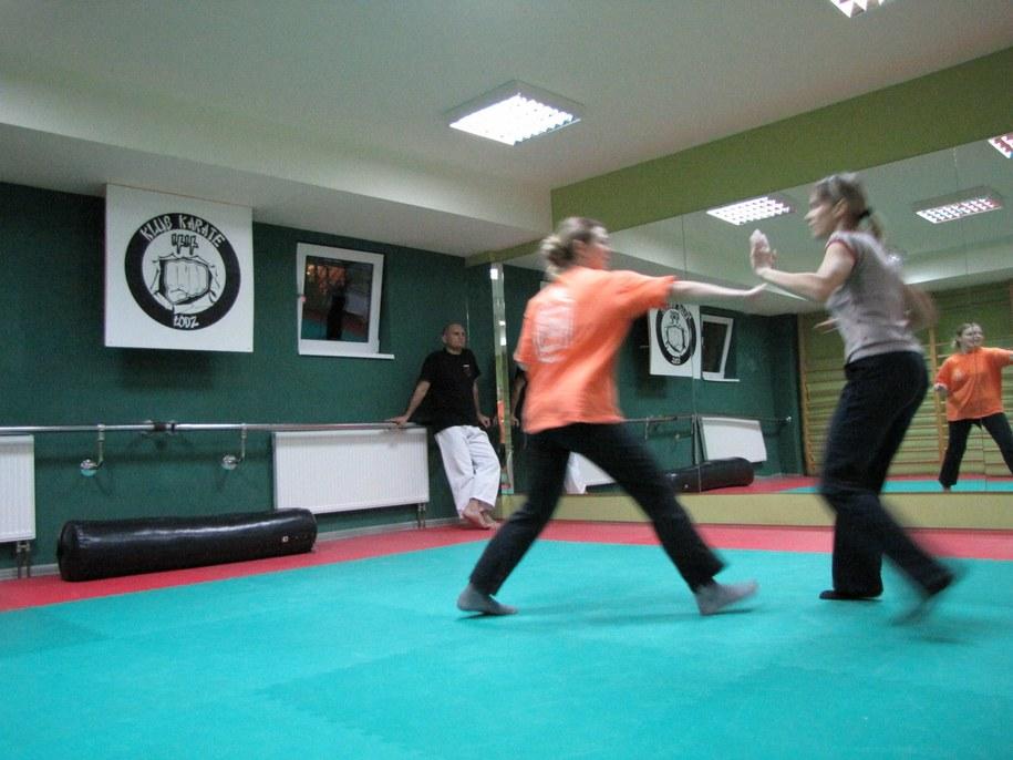 Ćwiczenia z samoobrony w łódzkim Klubie Karate 44 /Agnieszka Wyderka /RMF FM