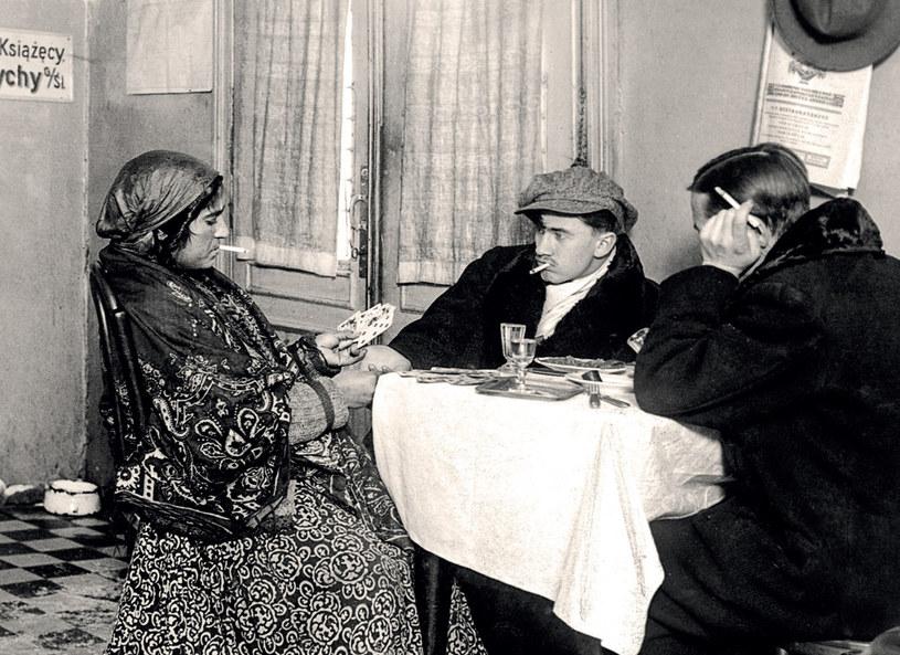 Cyganka wróży klientom w restauracji /materiały prasowe