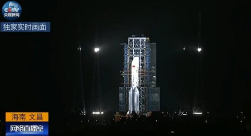 CZ-5 na wyrzutni startowej, tuż przed odpaleniem silników /Kosmonauta