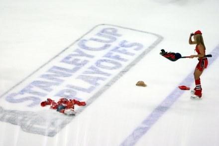 Czapki na lodzie w Chicago. Tak kibice wyrazili uznanie dla Blackhawks. /AFP