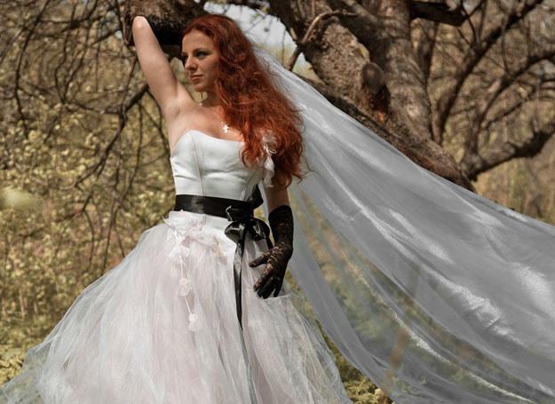 Czarne dodatki dodadzą sukni charakteru /©123RF/PICSEL