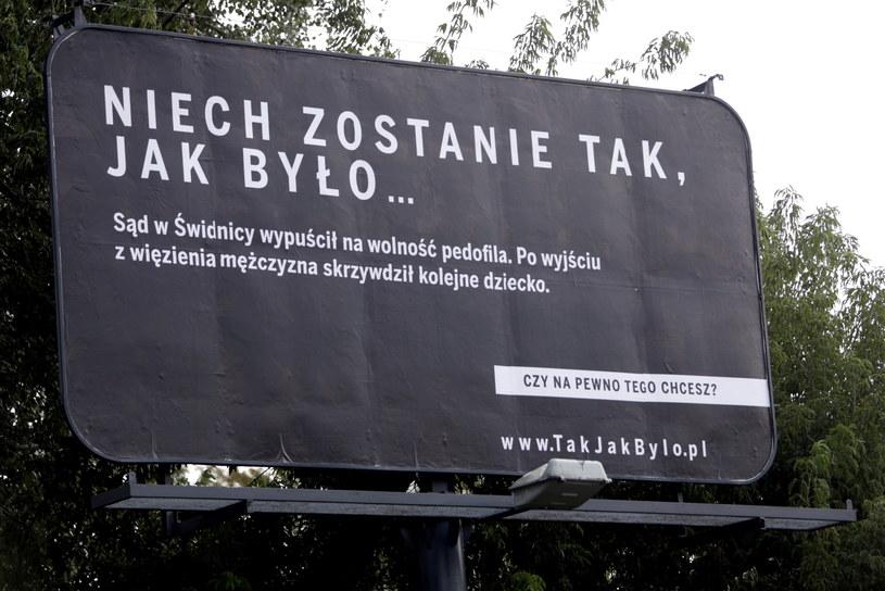 Czarno-biały billboard na jednej z warszawskich ulic, będący elementem rządowej kampanii informacyjnej o kierunkach zmian podstawy funkcjonowania Rzeczpospolitej Polskiej /Bartłomiej Zborowski /PAP