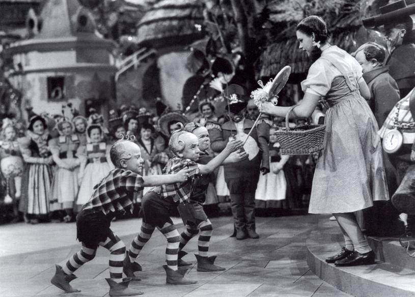 """""""Czarnoksiężnik z Oz"""": Jerry Maren wręcza lizaka Judy Garland /Getty Images"""
