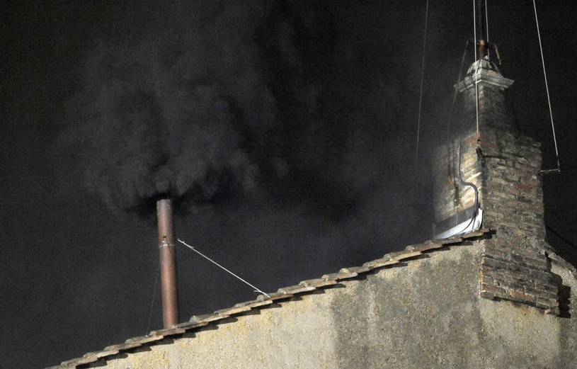 Czarny dym nad Watykanem /PAP/EPA