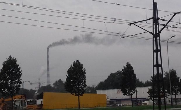 Czarny dym z komina krakowskiej elektrociepłowni. To testy przed sezonem grzewczym