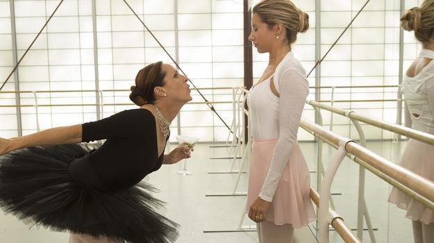 """""""Czarny łabędź 2""""? Ashley Tisdale w scenie parodiującej produkcję Darrena Aronofsky'ego /materiały prasowe"""
