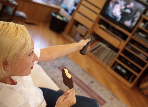 Czas spędzony przed telewizorem nie musi oznaczać bezczynnego lenistwa /ThetaXstock