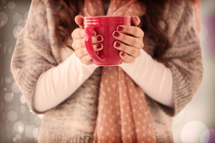 Czasem na rogrzewkę wystarczy kubek gorącej herbaty /123RF/PICSEL