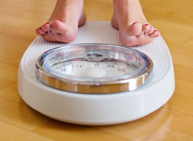 Czasem stanięcie na wadze jest wyzwaniem /©123RF/PICSEL