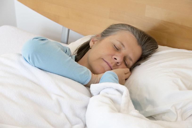 Czasem udar ma miejsce podczas snu /123RF/PICSEL