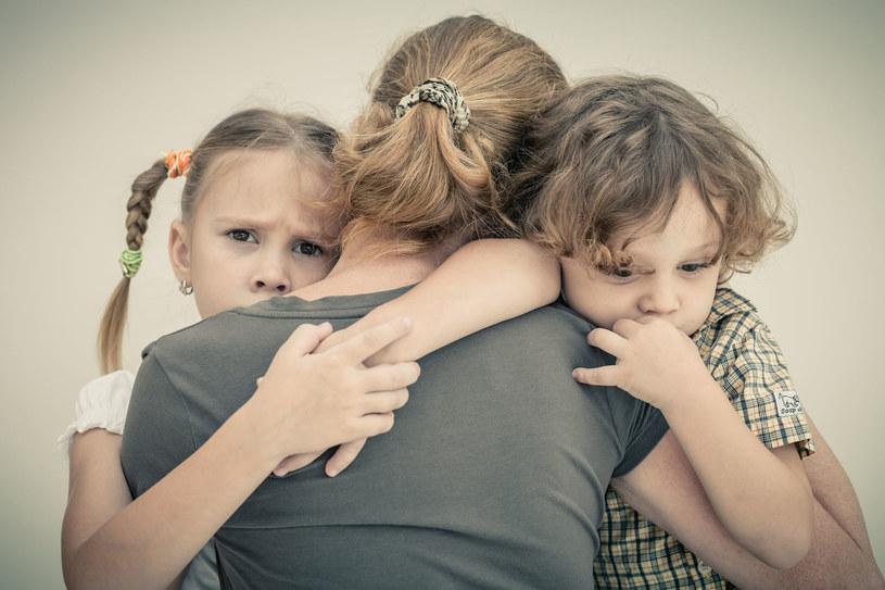 Czasem wystarczy chwila na rozmowę lub przytulenie, by odgonić złe emocje /©123RF/PICSEL
