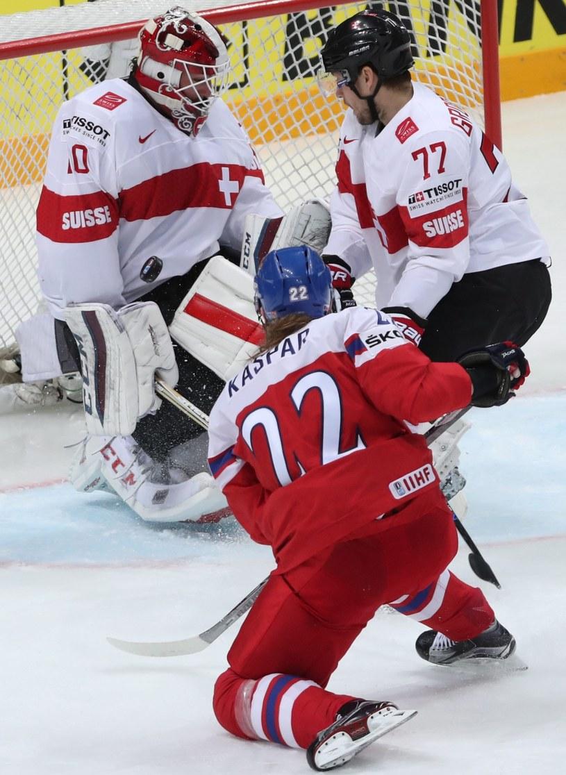 Czech Lukas Kaspar w ataku na bramkę Szwajcarów /PAP/EPA
