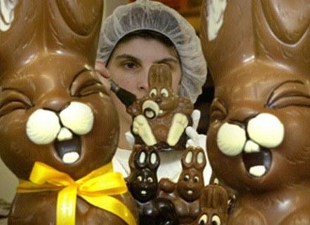 Czekoladowe jajka muszą konkurować z królikami /AFP