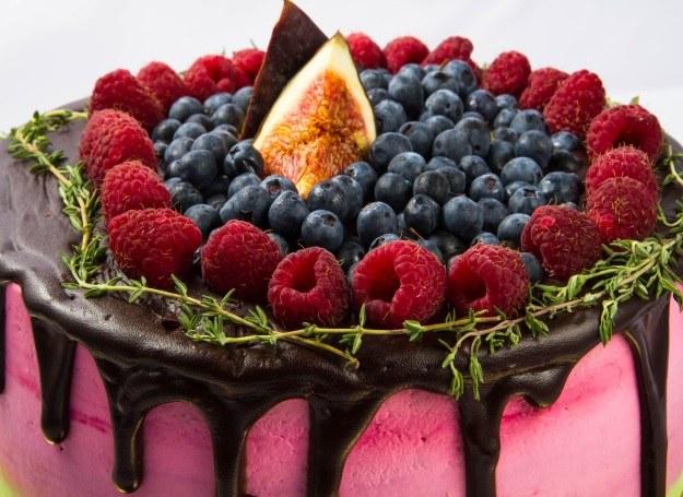 Czekoladowy tort z owocami /123RF/PICSEL