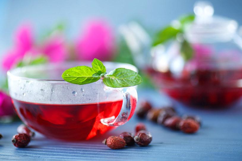 """Czerwona herbata znana jest jako """"zabójca tłuszczu"""". Polecana wszystkim, którzy dbają o szczupłą sylwetkę /123RF/PICSEL"""
