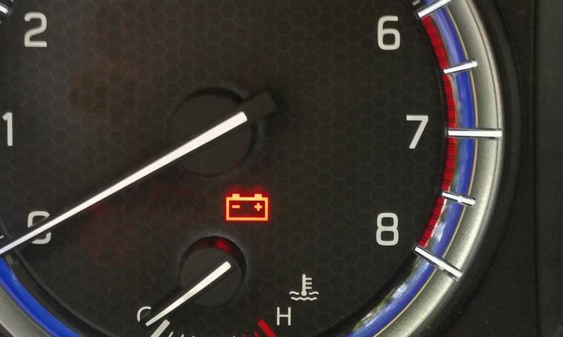 Czerwona kontrolka przedstawiająca akumulator sygnalizuje problem z ładowaniem baterii /INTERIA.PL