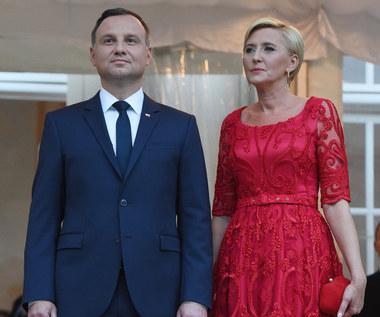 Czerwona suknia na kolacji z książęcą parą - czy będzie hitem?