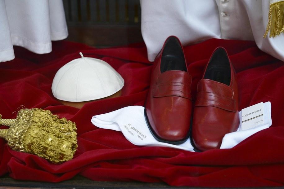 Czerwone buty były dotąd jednym z symboli papieskiego pontyfikatu /ANSA/GUIDO MONTANI /PAP/EPA