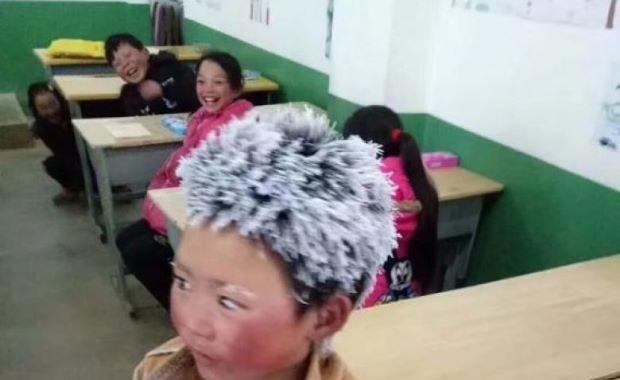 Czerwone od mrozu policzki, na włosach szron. To zdjęcie topi serca internautów