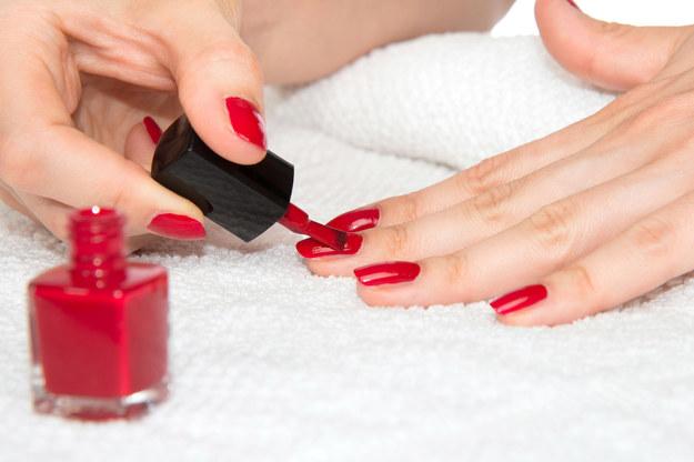 Czerwone paznokcie to klasyka /©123RF/PICSEL