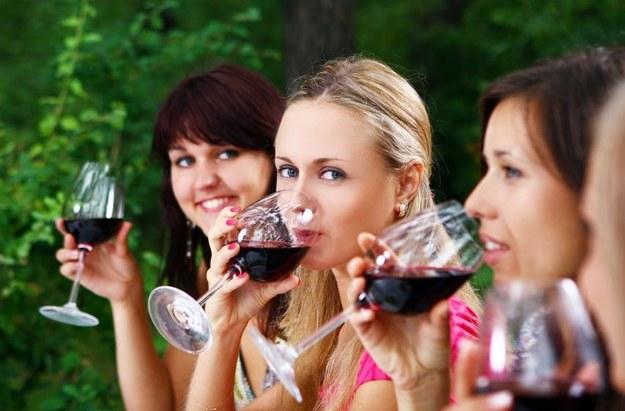 Czerwone wino zawiera przeciwutleniacz, który chroni przed nowotworami, chorobami serca i spowalnia procesy starzenia /©123RF/PICSEL