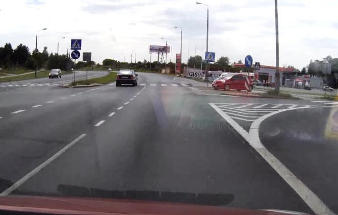 Czerwony samochód wjeżdża na skrzyżowanie /